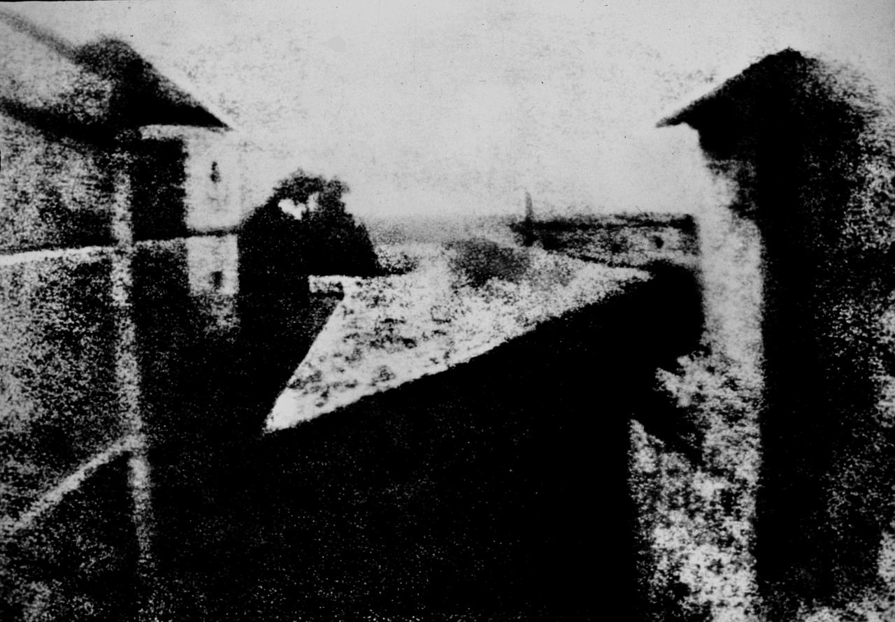 «Вид из окна в Ле Гра» — самая ранняя из сохранившихся гелиогравюр Нисефора Ньепса. Считается первой фотографией в мире