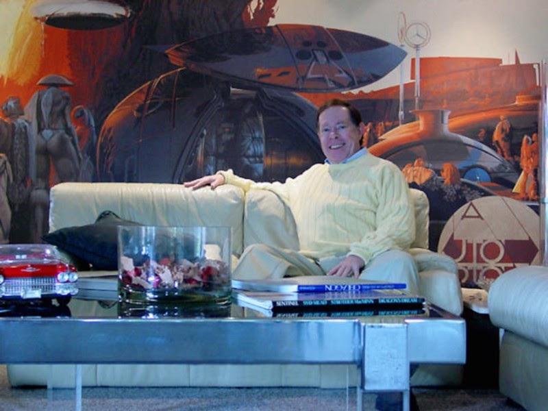Сид в своей гостиной показывает концепт космического поместья